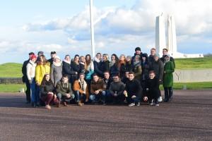 Канівська делегація біля пам'ятника канадійцям, які захищали Францію під час І світової війни.
